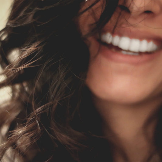 Freude zeigen wir nicht nur durch ein strahlendes Lächeln. Der ganze Körper macht mit!